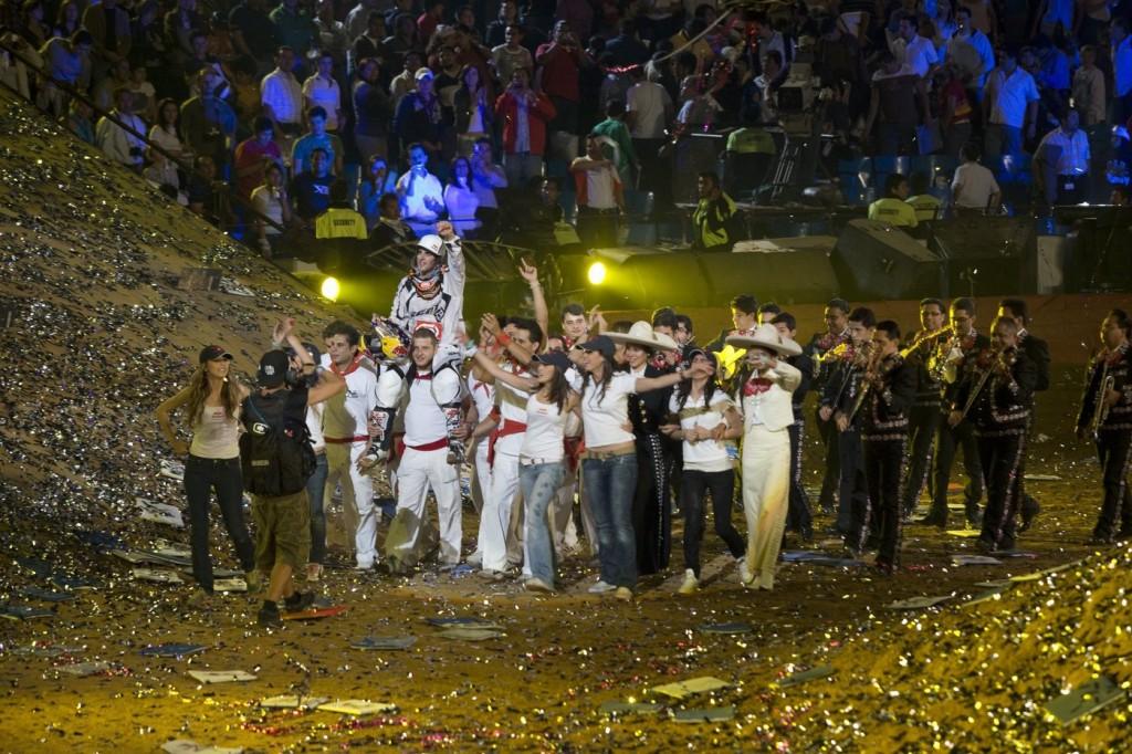 Mathieu Rebeaud - Red Bull Content Pool. Celebración de Levi Sherwood tras la vioctoria sobre los hombros de quienes hicieron las veces de corredores de encierro