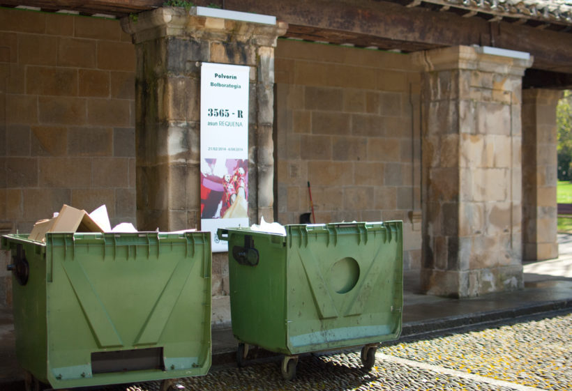 Los restos de los evoltorios de los carteles presentados llenaban dos contenedores.
