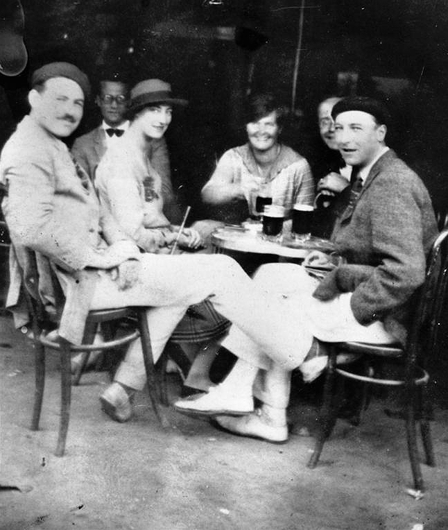 Hemingway y amigos en la terraza del Café Iruña en 1926. Foto: Ernest Hemingway Photograph Collection, John F. Kennedy Presidential Library and Museum, Boston.
