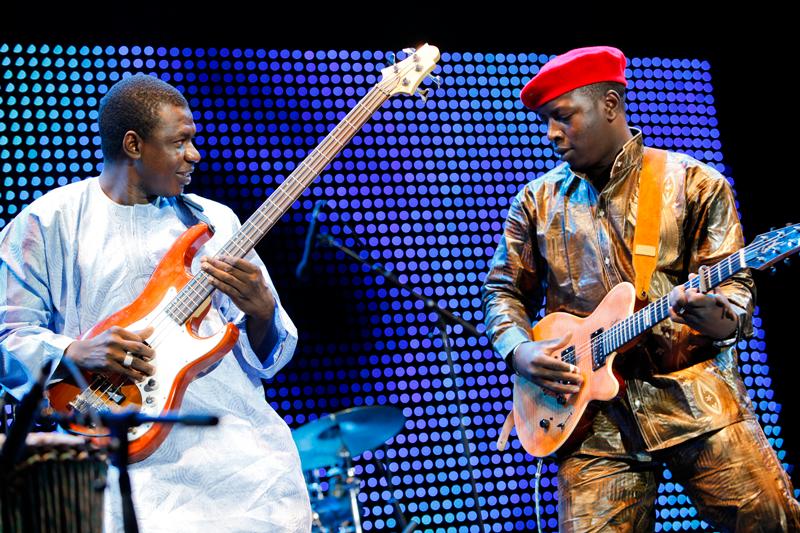 VTF en concierto, guitarra en mano con un miembro de su banda.