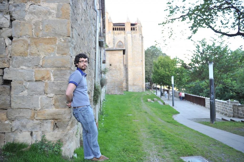 Bill Hillmann junto al revellín de la Catedral de Pamplona. Imagen: Mikel Ciáurriz