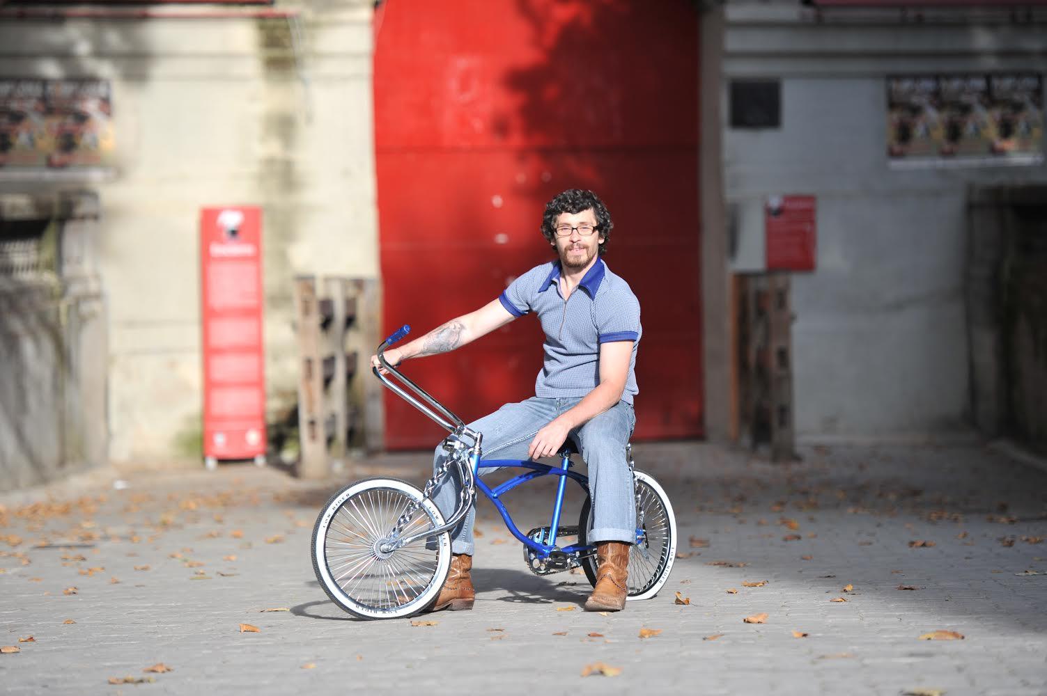 Bill Himann con su bicicleta frente a la plaza de toros de Pamplona. ©Mikel Ciáurriz FotoXpasion.com