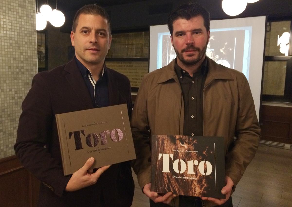 Gorka Azpilicueta y Arsenio Ramírez en la rpesentación del libro en Pamplona.