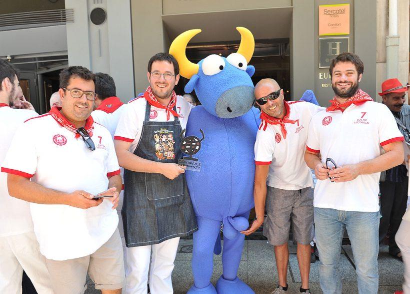 Jean Pierre Gonnord, premio Guiri del Año 2015, con sus amigos y MIster Testis, el toro azul de Kukuxumusu.