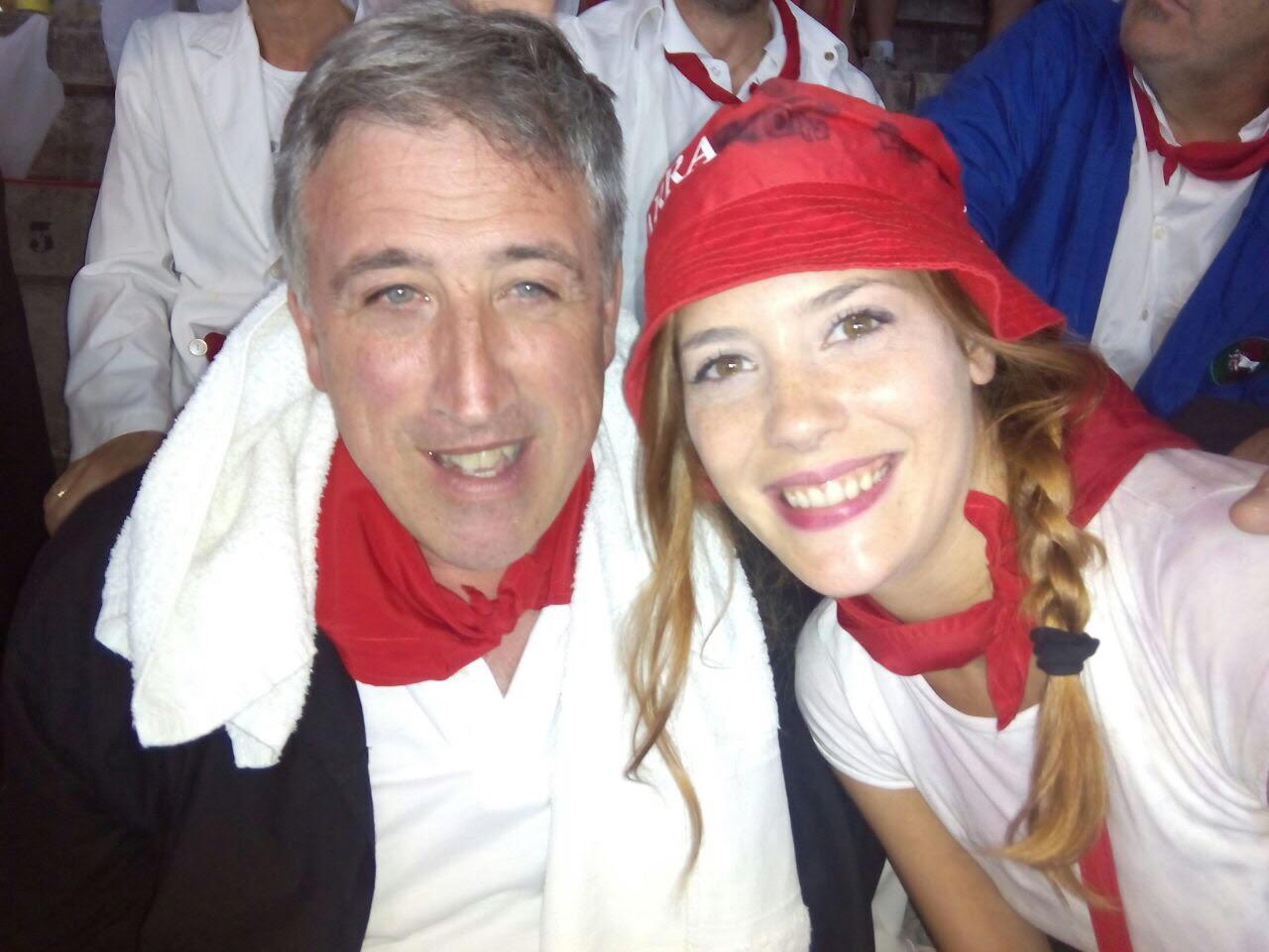El alcalde de Pamplona Joseba Asirón en la andanada en manos del selfie de Leire Sádaba.