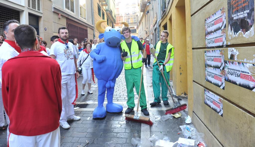 La gente que hace posible que Iruñea / Pamplona esté siempre limpia con Mister Testis @Mikel Ciaurriz
