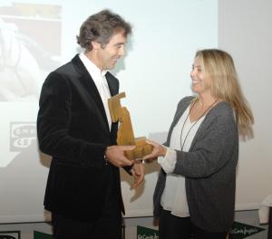 Pablo Hermoso de Mendoza recibe el galardón de manos de Idoia Altadill, la directora de Onda Cero Navarra.