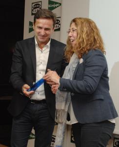 Juan Andrés Pastor recibe la Mención de Honor de Carmen Alba, subdelegada del Gobierno en Navarra
