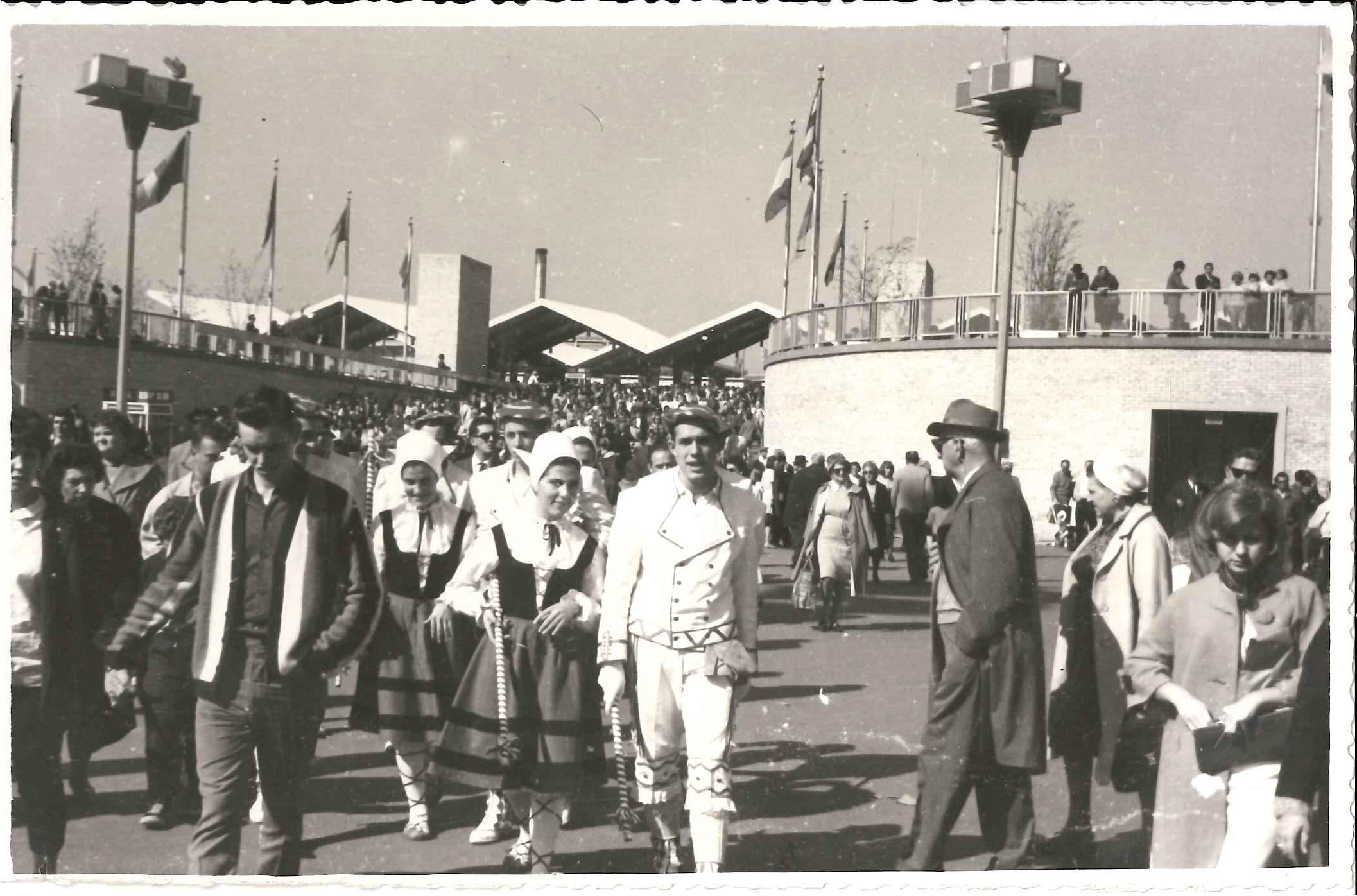 © Archivo Municipal de Pamplona. Cesión. Dantzaris en el desfile. NY. Gigantes y Cabezudos.