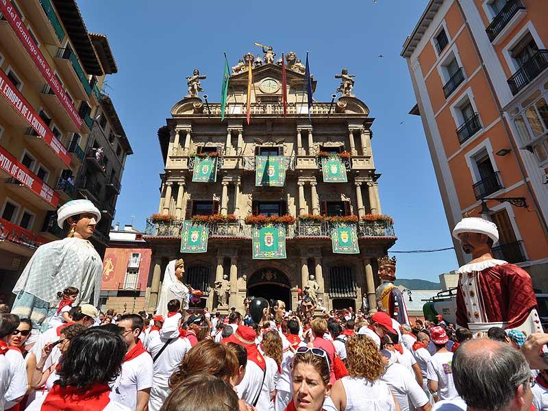 Comparsa de Sanfermin frente al Ayuntamiento de Pamplona