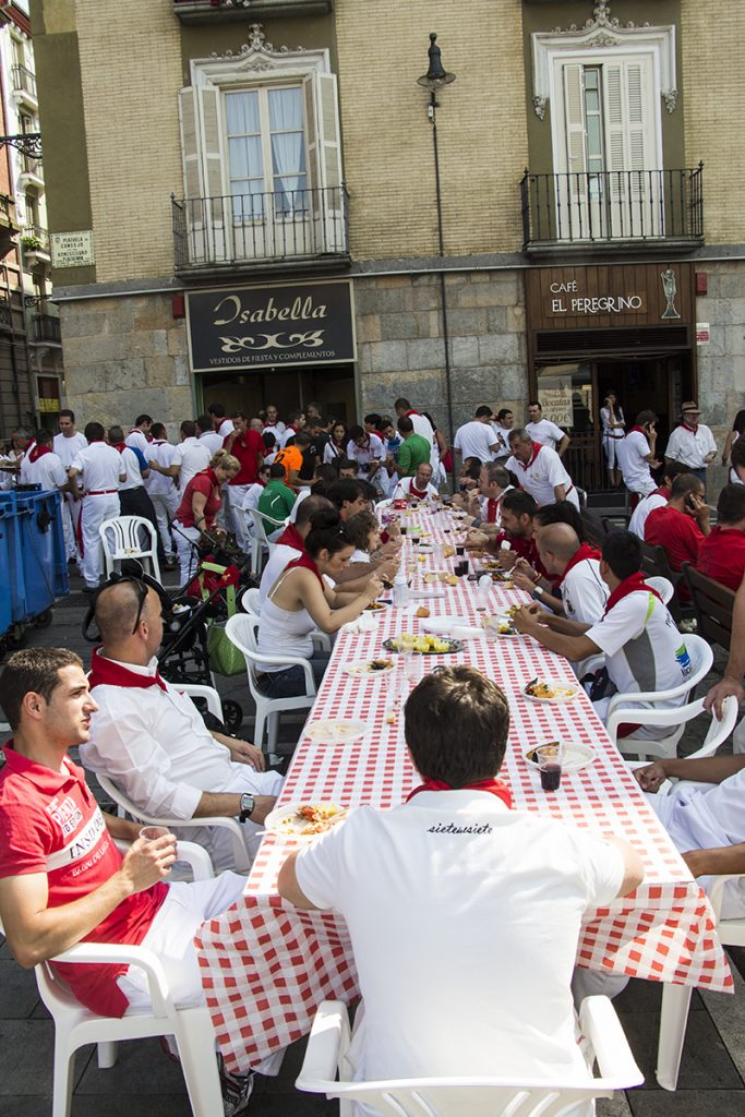 © Javier Martínez de la Puente. Comer en la calle es muy sanferminero.