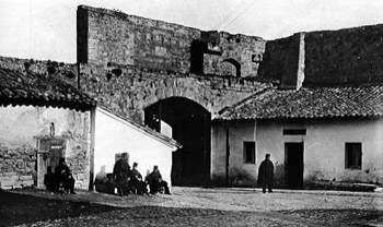 El Portal de Francia, or Zumalacerregui in a photo from 1903. The two white buildings, and the guards, have long gone now...