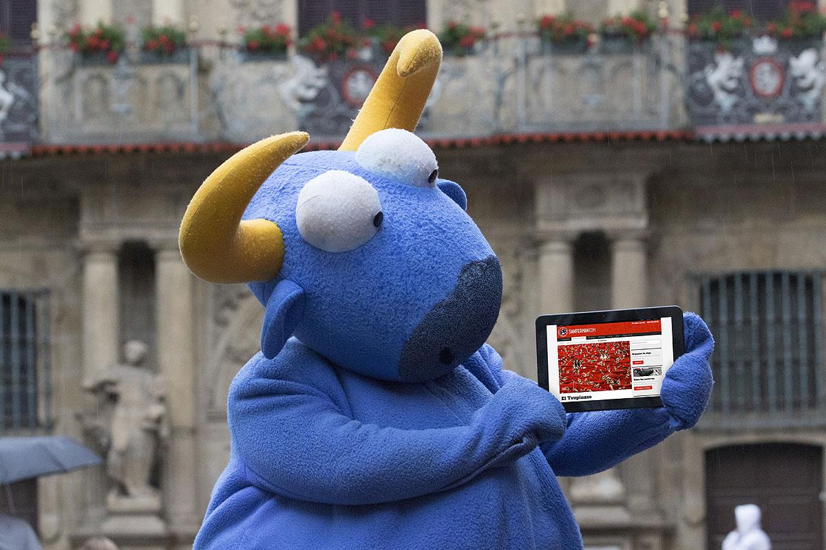 Mister Testis, mostrando la página del txupinazo en la plaza del Ayuntamiento.