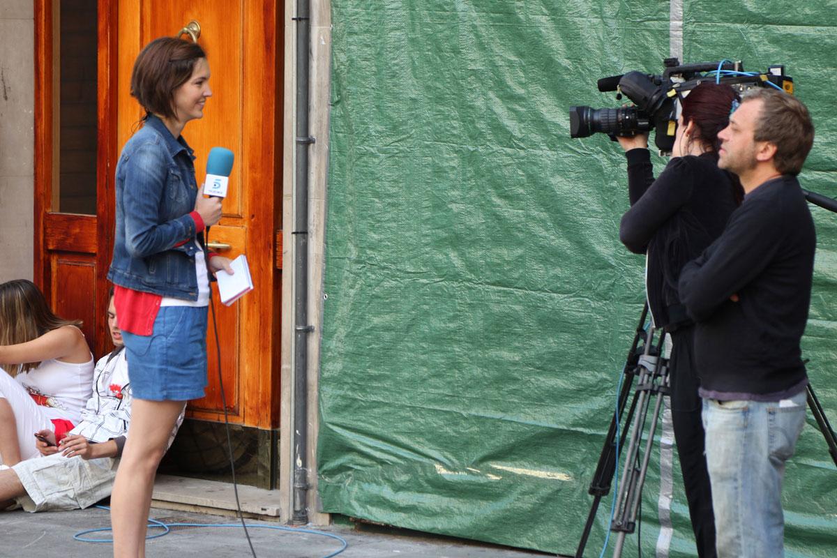 Periodista de Telecinco cubriendo el Chupinazo 2016.
