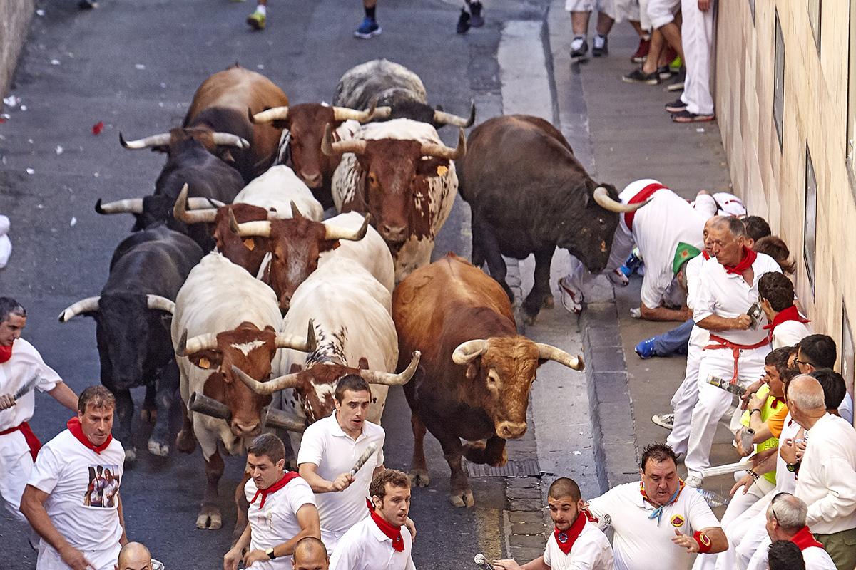 Corredor de Pamplona cogido en el tramo de Santo Domingo en el segundo encierro de Cebada Gago.