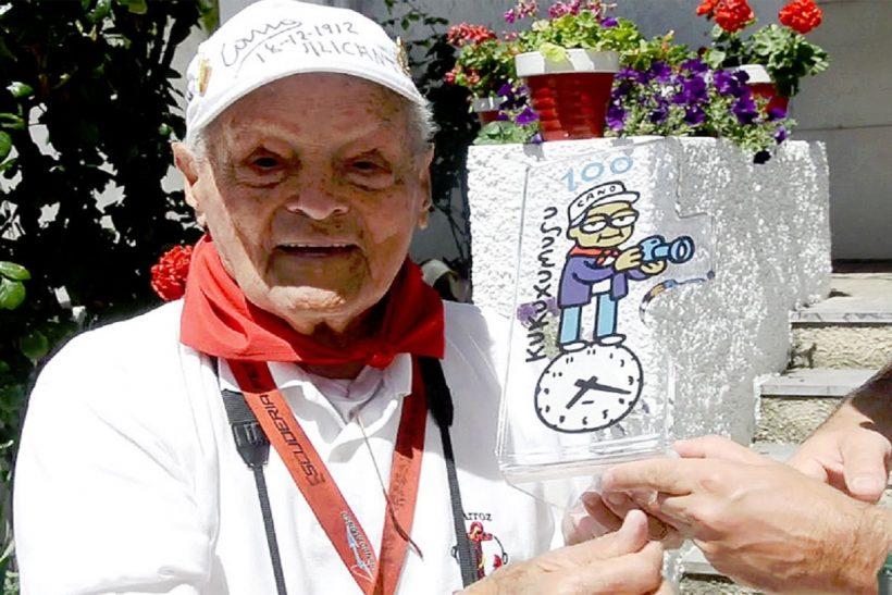 Francisco Cano Canito recibiendo el hiomenaje de Sanfermin.com y Kukuxumusu por sus 100 años