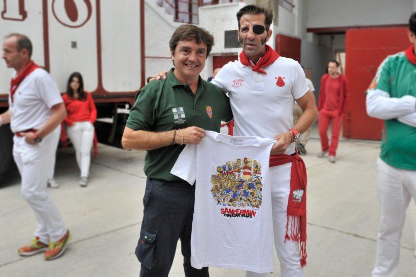 Juan José Padilla y Miguel Reta con la camiseta del año de Kukuxumusu