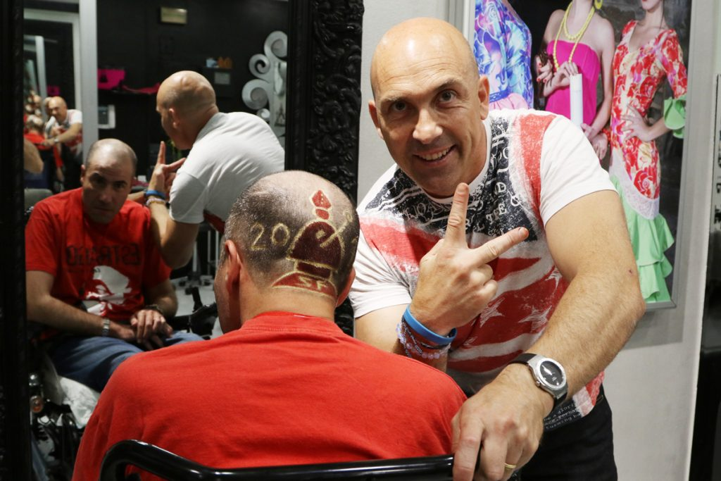 Txemi Estilista con Andrés tras realizarle un sanfermin en la cabeza