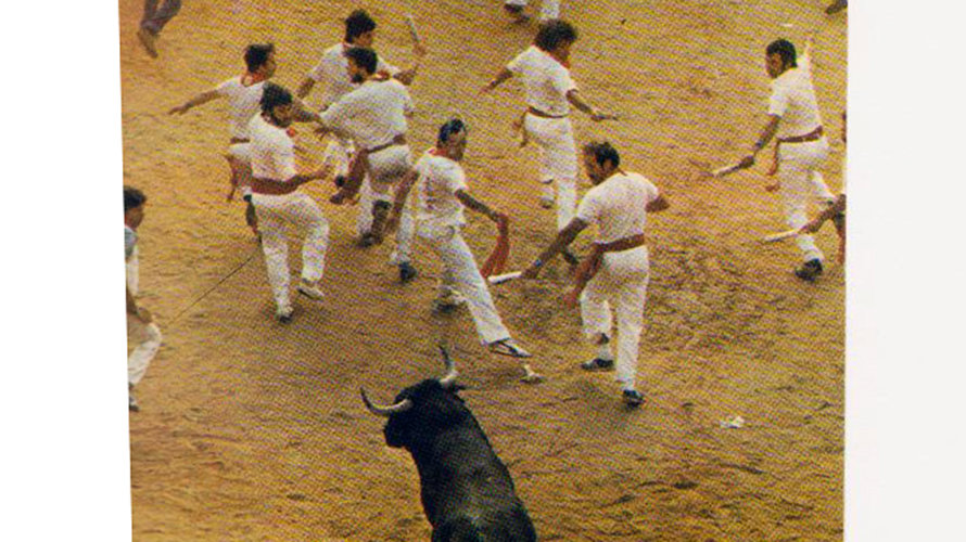 Rafa Torres, with sash in hand, as he'd lost his newspaper during the run, with Madina to his right. A truly moveable feast of a photo, and a perfect San Fermin encierro symphony in red and white.