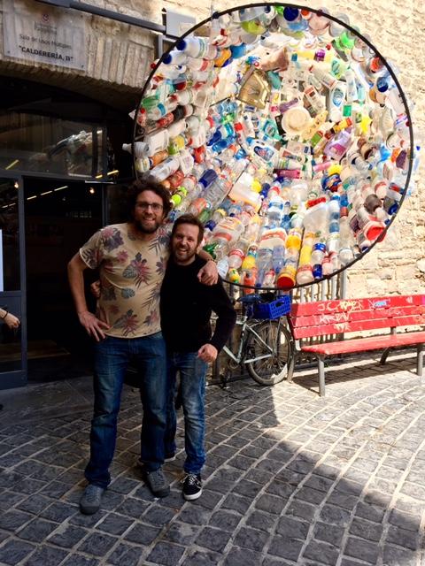 Daniel Resano y Iosu Zapata con la instalación con forma de vaso reciclable que saludaba a la entrada de Calderería 11