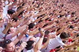 Un montón de gente con las manos levantadas en el Chupinazo de Pamplona en Sanfermin. Tradición de levantar las manos con la salida de la banda de chistularis hasta que se arrancan a tocar.