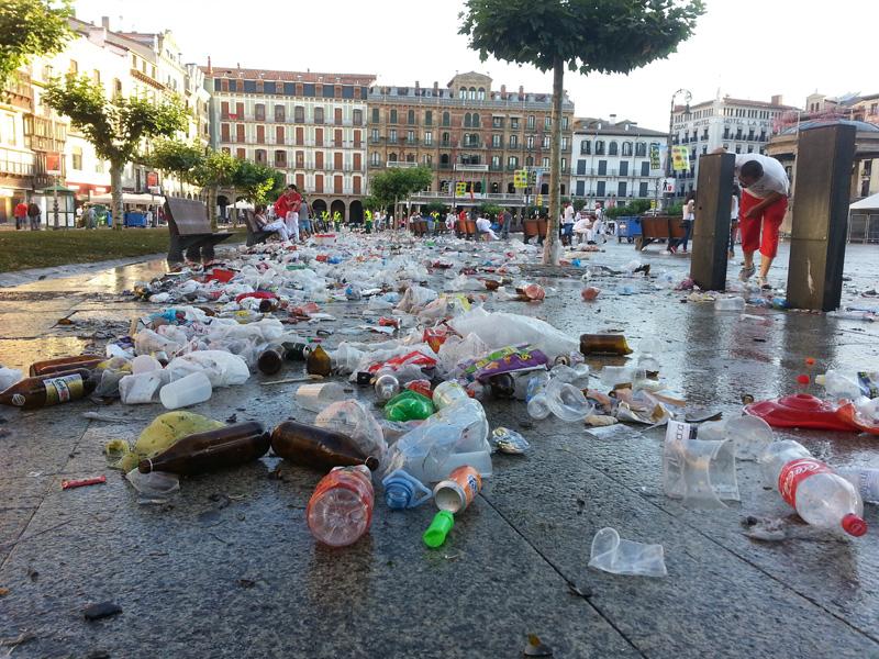 Amanece tras la fiesta en la plaza del Castillo. @Javier Martínez de la Puente
