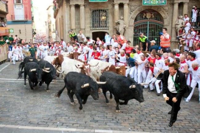 Miguel el Piojo Herrera. Meme sobre el México Ecuador sobre una imagen del encierro de Pamplona