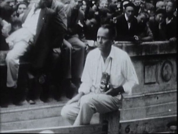Henry Fonda cámara en mano en el recorrido del encierro como si fuera uno de los fotógrafos de Sanfermin.com