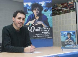 Podemos ver al autor del libro Jose A. Zamora sentado frente a una mesa con una imagen de la portada que se asoma por detrás donde se puede ver a Tim Burton
