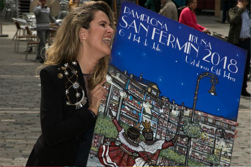 Adriana Eransus con su obra Ciudad de luces frente a la plaza del ayuntamiento de Pamplona.