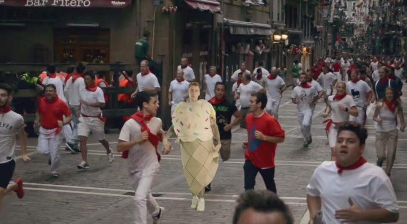 Justin Bieber corriendo el encierro vestido de helado antes de que le pille el carro.