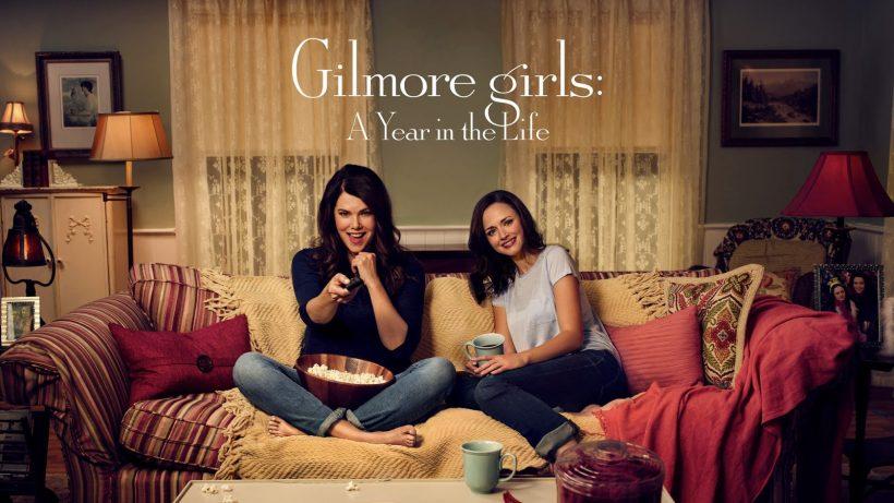 Imagen promocional de las chicas Gilmore en Netflix donde se ve a madre e hija en un sofá dispuestas a ver la televisión