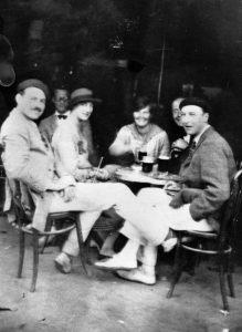 Cinco amigos sentados en una terraza de la plaza del castillo en pamplona en 1925. Ernest Hemingway es uno de ellos