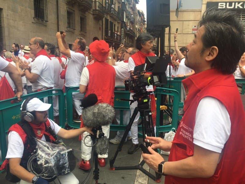 Imagen de un equipo de NHK grabando la procesión de Sanfermin el 7 de julio de 2019.