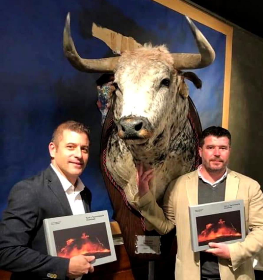 El toro Fandango, de Cebada Gago, cuya vida fue seguida íntegramente a través de fotografías por Gorka y Arsenio y que presidió la presentación del libro.