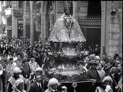 Imagen de la procesión de Sanfermin de 1929 con asistencia masiva de público en San Saturnino