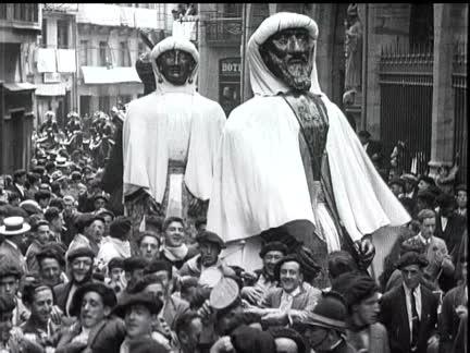 Los gigantes pasando por la puerta de San Saturnino en San Fermín de 1929