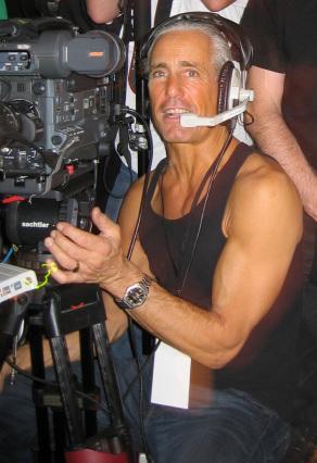En la  imagen se puede ver al protagonista, Bill Marpet, manejando una cámara de cine y con unos cascos recibiendo instrucciones de audio del realizador.
