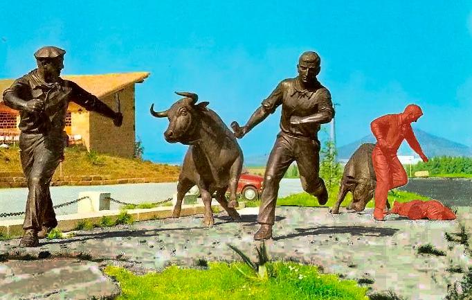 La misma imagen de toda la composición de la escultura señalando en rojo los corredores que faltan, que son los dos que se ocupaban del segundo toro.