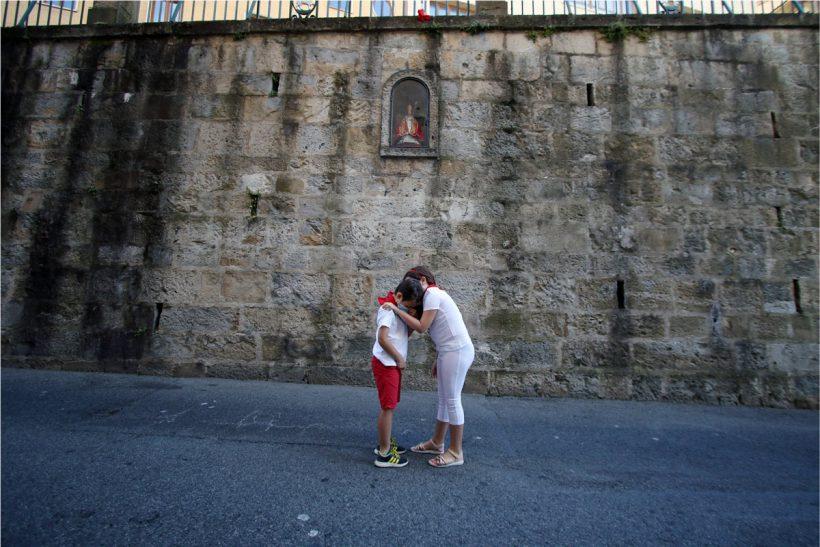 Imagen de David González del Campo frente a la horncina en Santo Domingo donde una madre abraza a su hijo triste por no poder vivir la fiesta