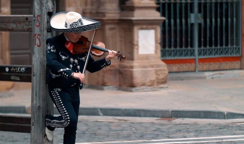 Se puede ver al violinista del Mariachi Zacatecas apoyado en el vallado del encierro mientras interpreta el vals de astrain en solitario